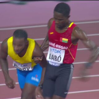 世界陸上男子5000m予選。フラつき自走できない選手に肩を貸して共にゴールする感動シーン