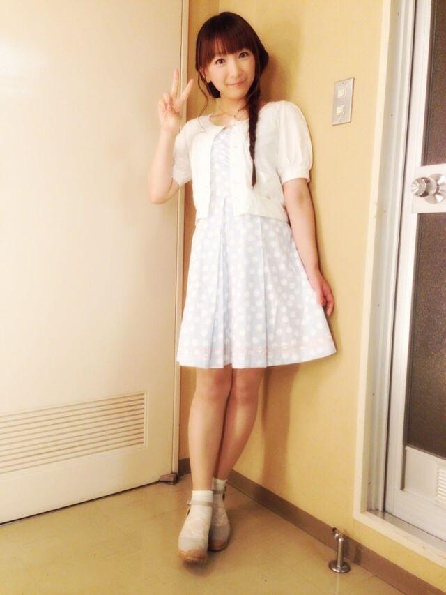 ミニスカート姿の堀江由衣さん